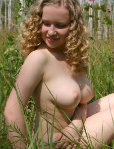 Big boobs hottie Dariya nude in the field