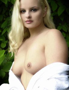 Blonde naked Dill shows her body
