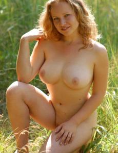 Hairy pussy busty goddess Dariya nude in the field